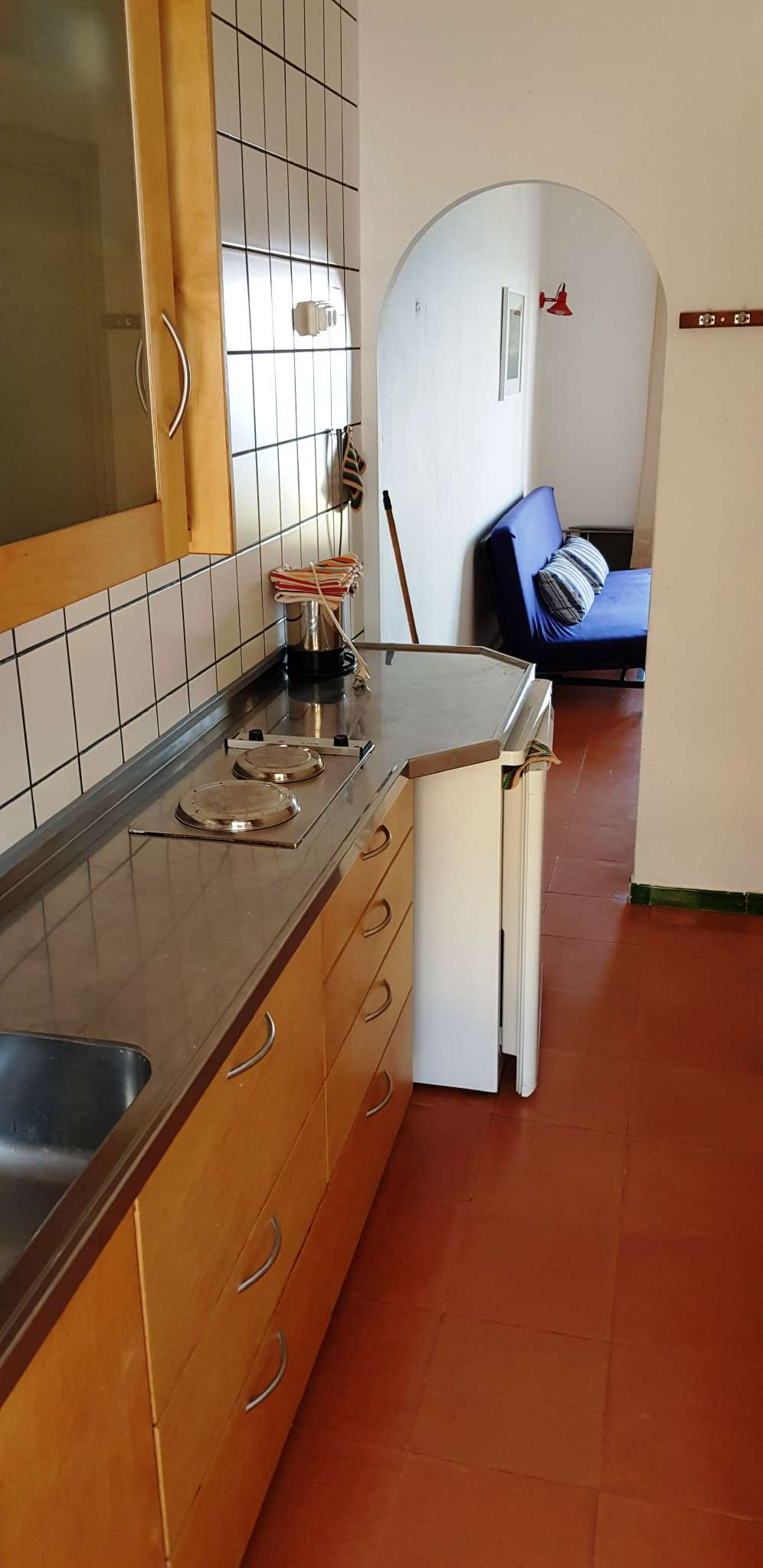 Wohnzimmer, Küchenzeile im Hintergrund