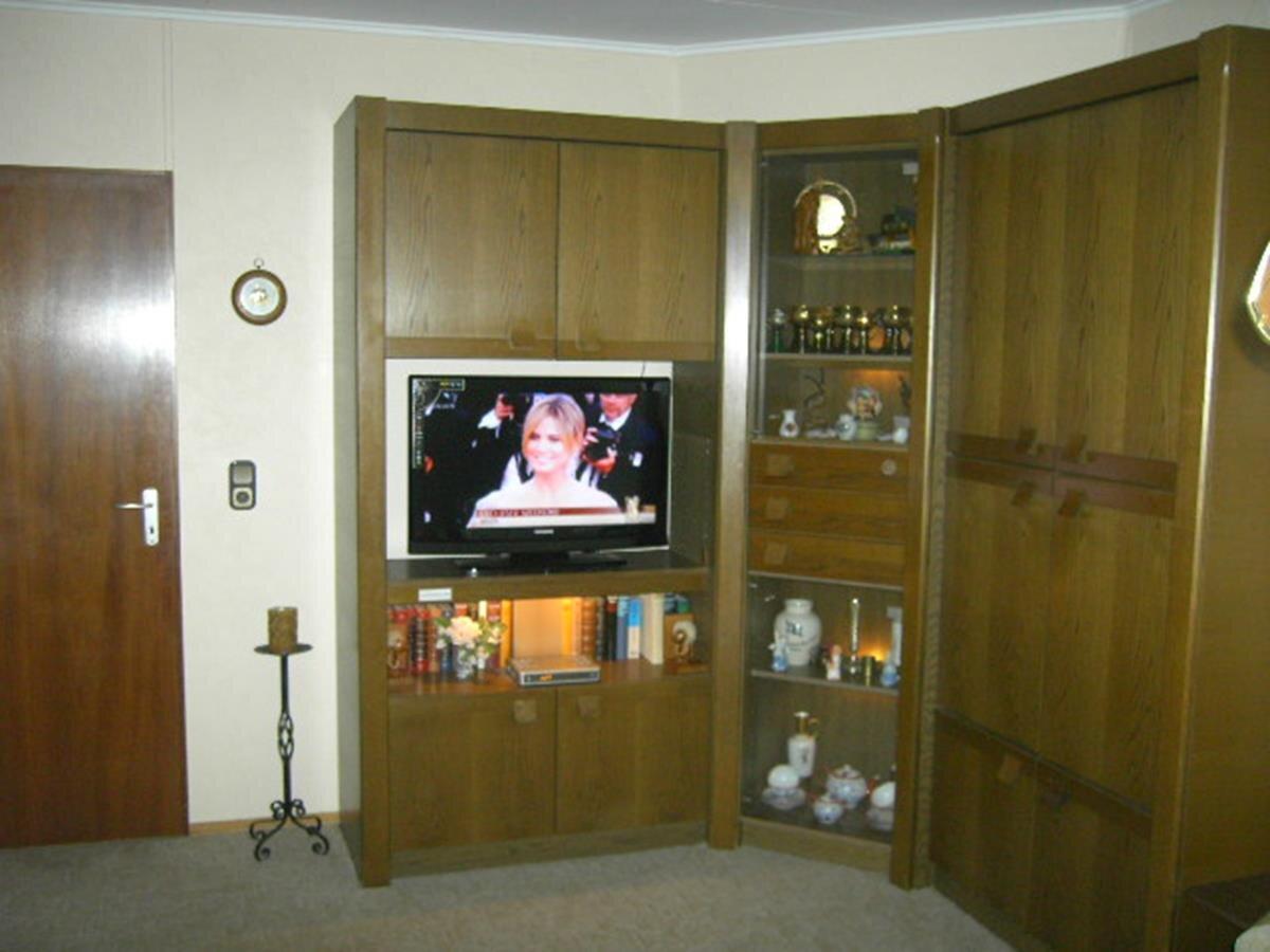 Wohnzimmerschrank mit Flachbildfernseher
