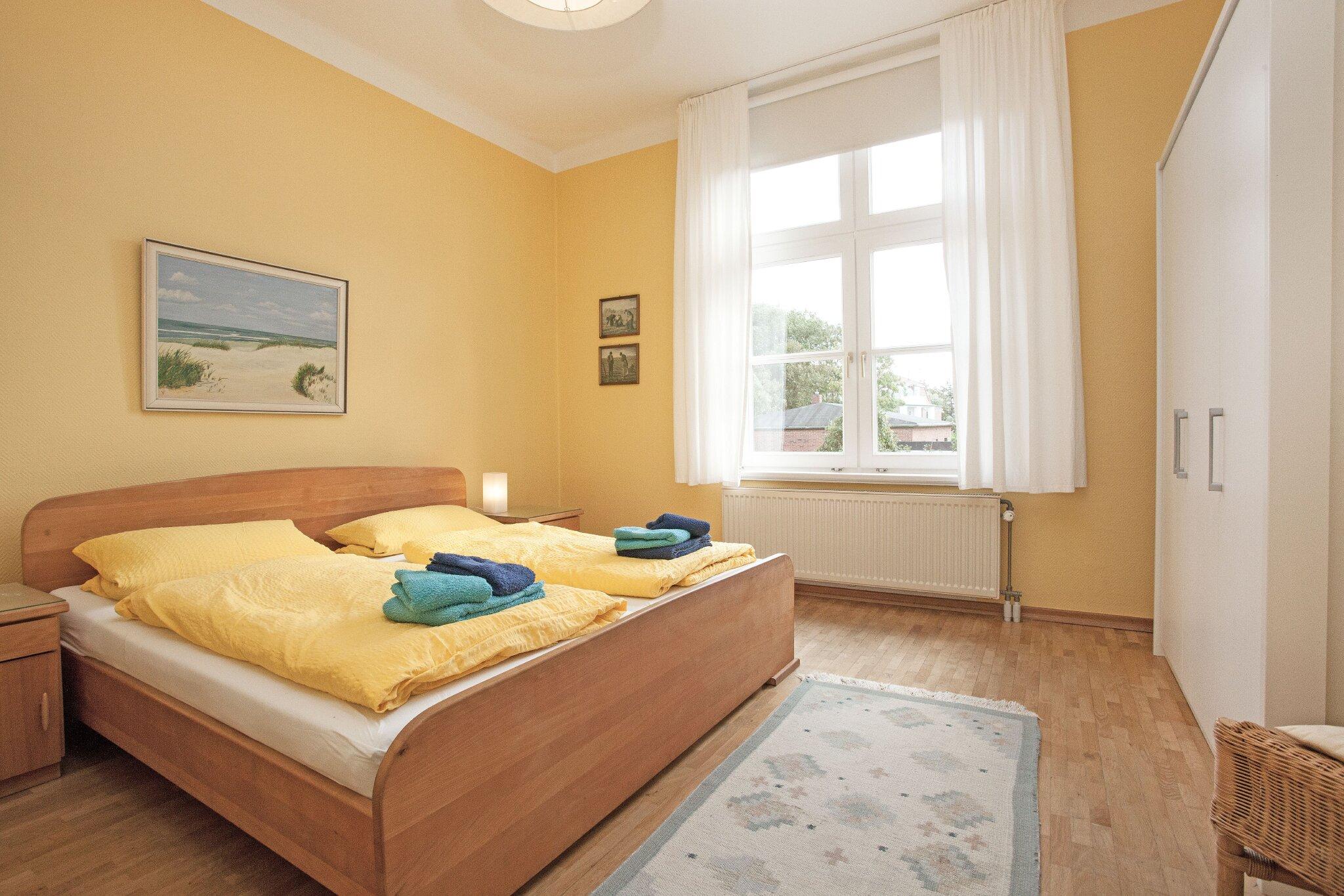 Schlafzimmer 1 mit Blick i.d. Garten