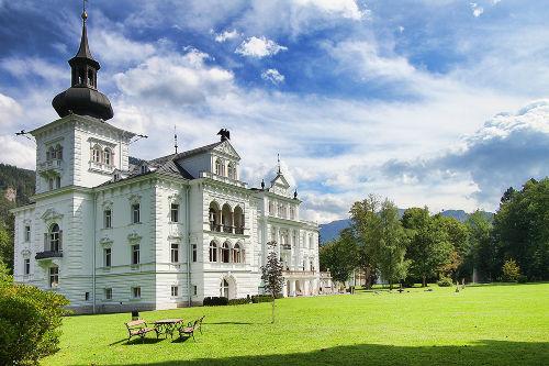 Schloss Grubhof neben Appartementhaus