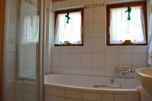 Badezimmer: Ansicht Badewanne + Dusche