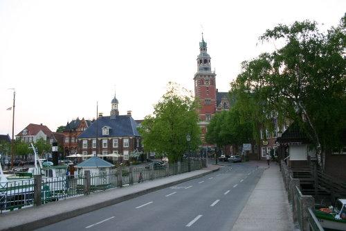 Hafenbrücke mit Rathaus und Waage