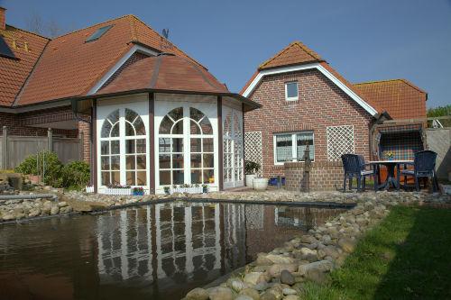 Gartenteich mit Pavillon und Inselkate