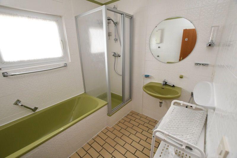 Bad mit Dusche, Badewanne, WC