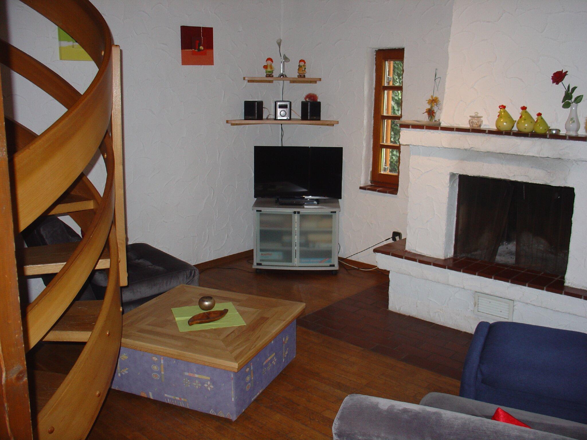 Treppe mit Kamin im Hintergrund