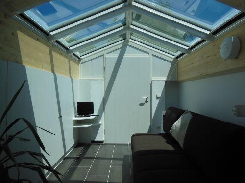 Relaxraum mit Glasdach und Schlafcouch
