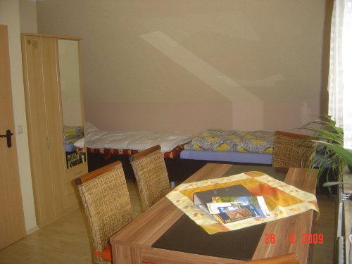 Zwei Einzelbetten im Wohnküchenbereich