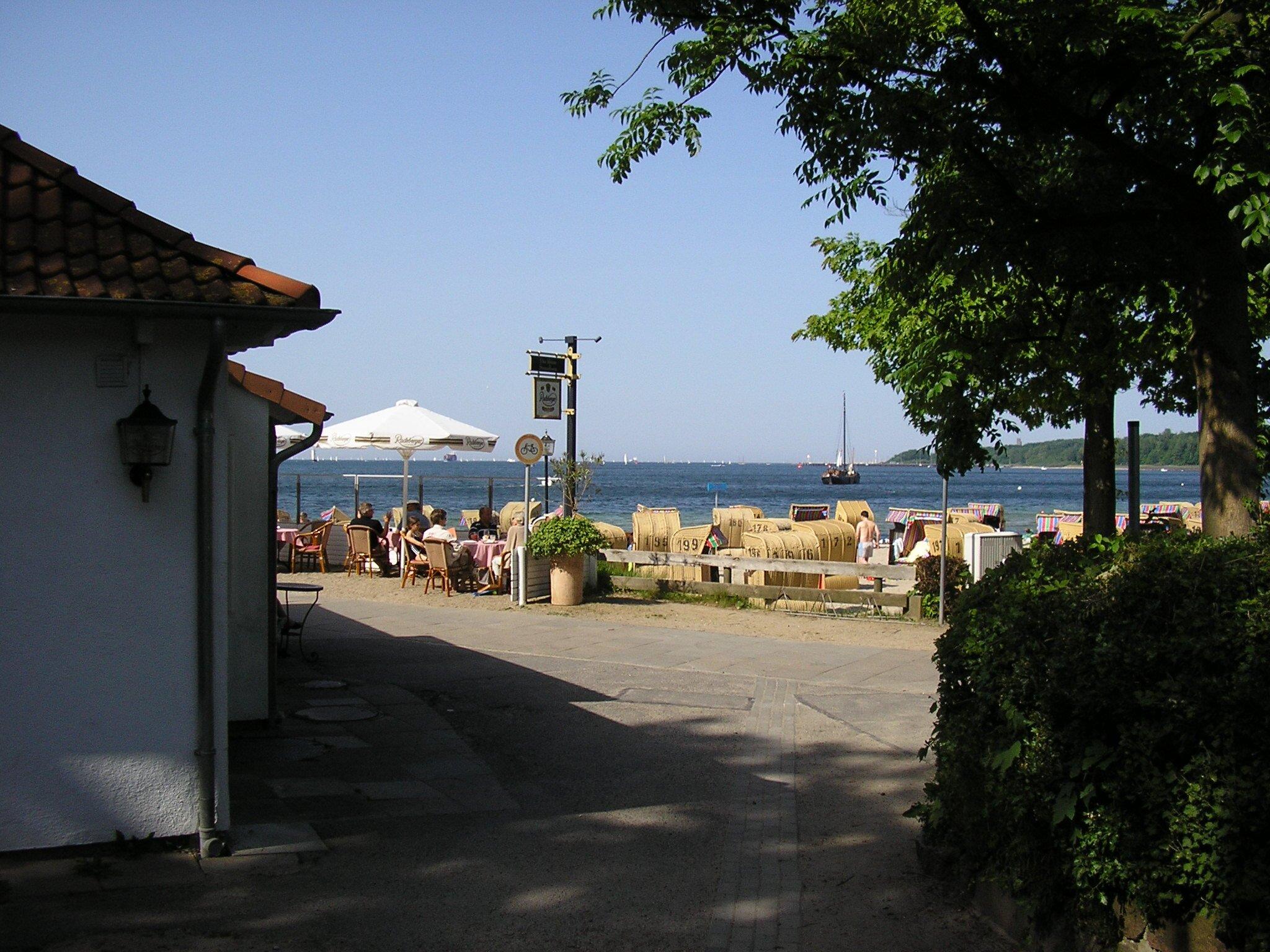 In mitten von Feldern