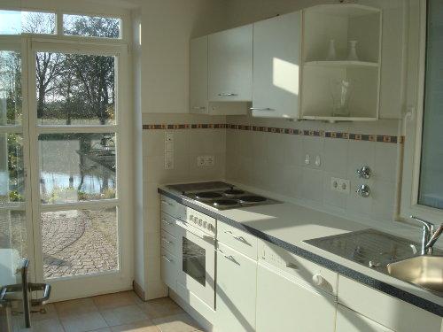 Küche mit Blick auf Terrasse und Teich