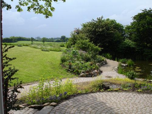 Terrasse mit Garten, Teich und Wiese