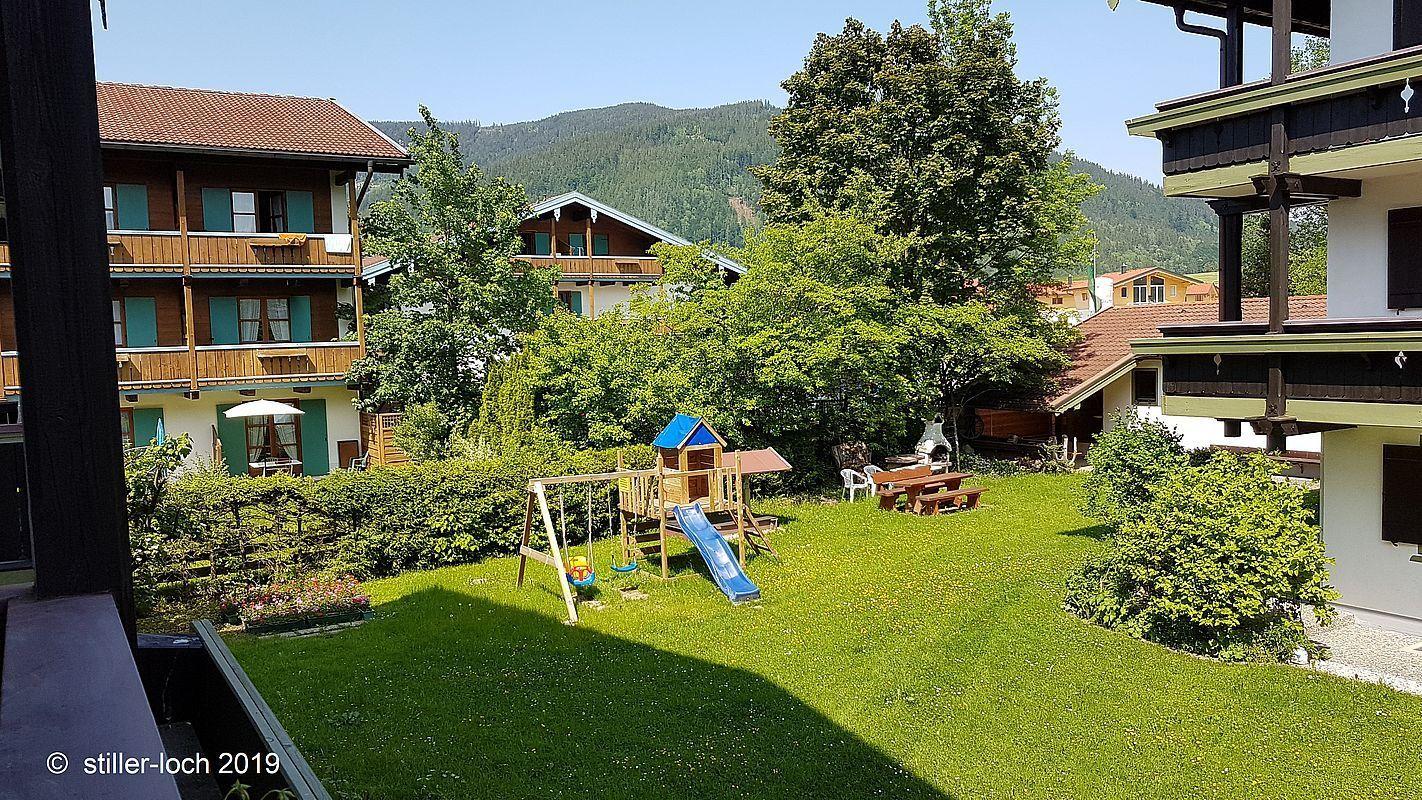 Garten mit Spielplatz und Grillstation