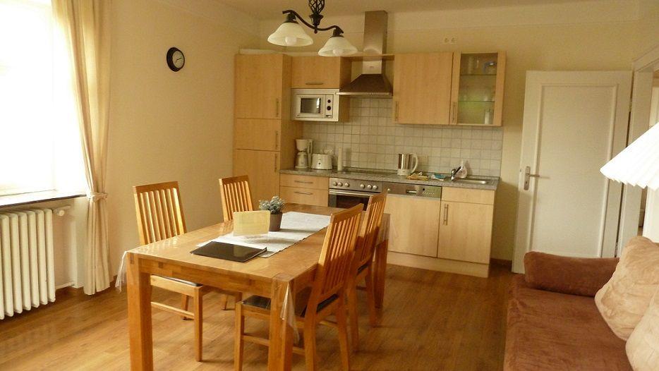 Wohnraum mit gut ausgestat. Küchenzeile