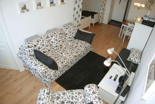 Wohnzimmer mit Schlafbereich und Essecke