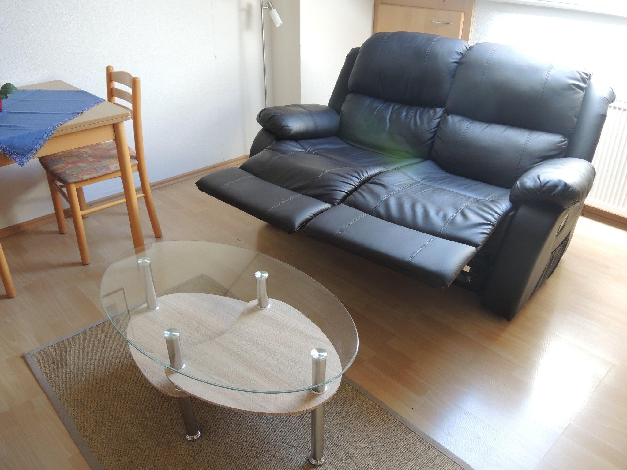 Wohnzimmer mit integrierter Einbauküchen