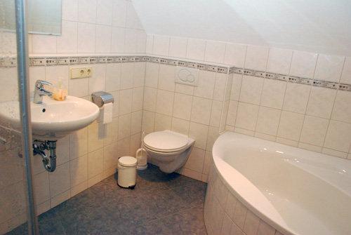 Badezimmer. Separates WC vorhanden.