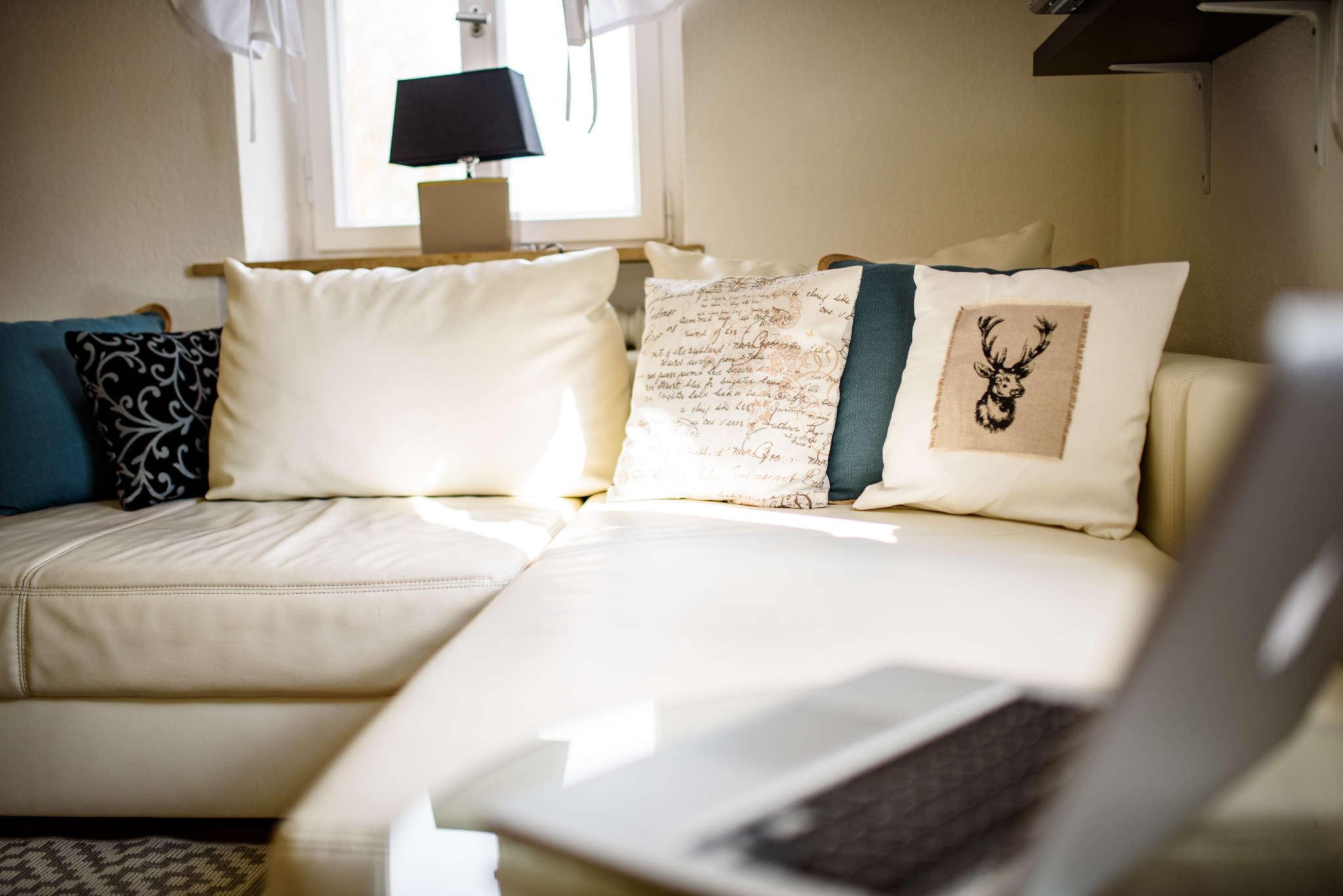 Ein stilvolles Wohnzimmer mit TV und DVD