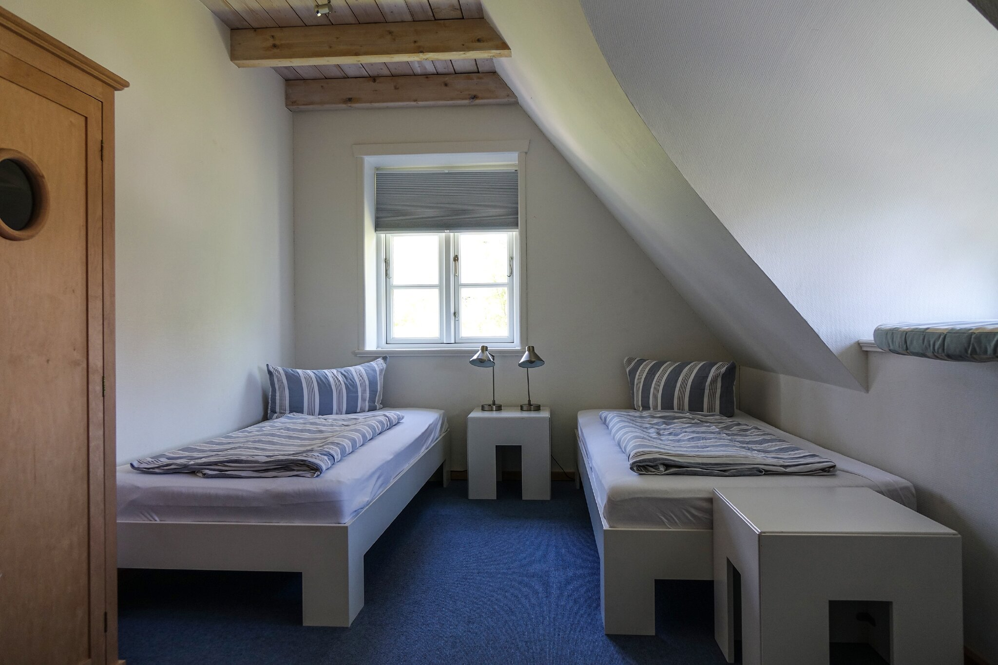 Kinderzimmer mit zwei Einzelbetten