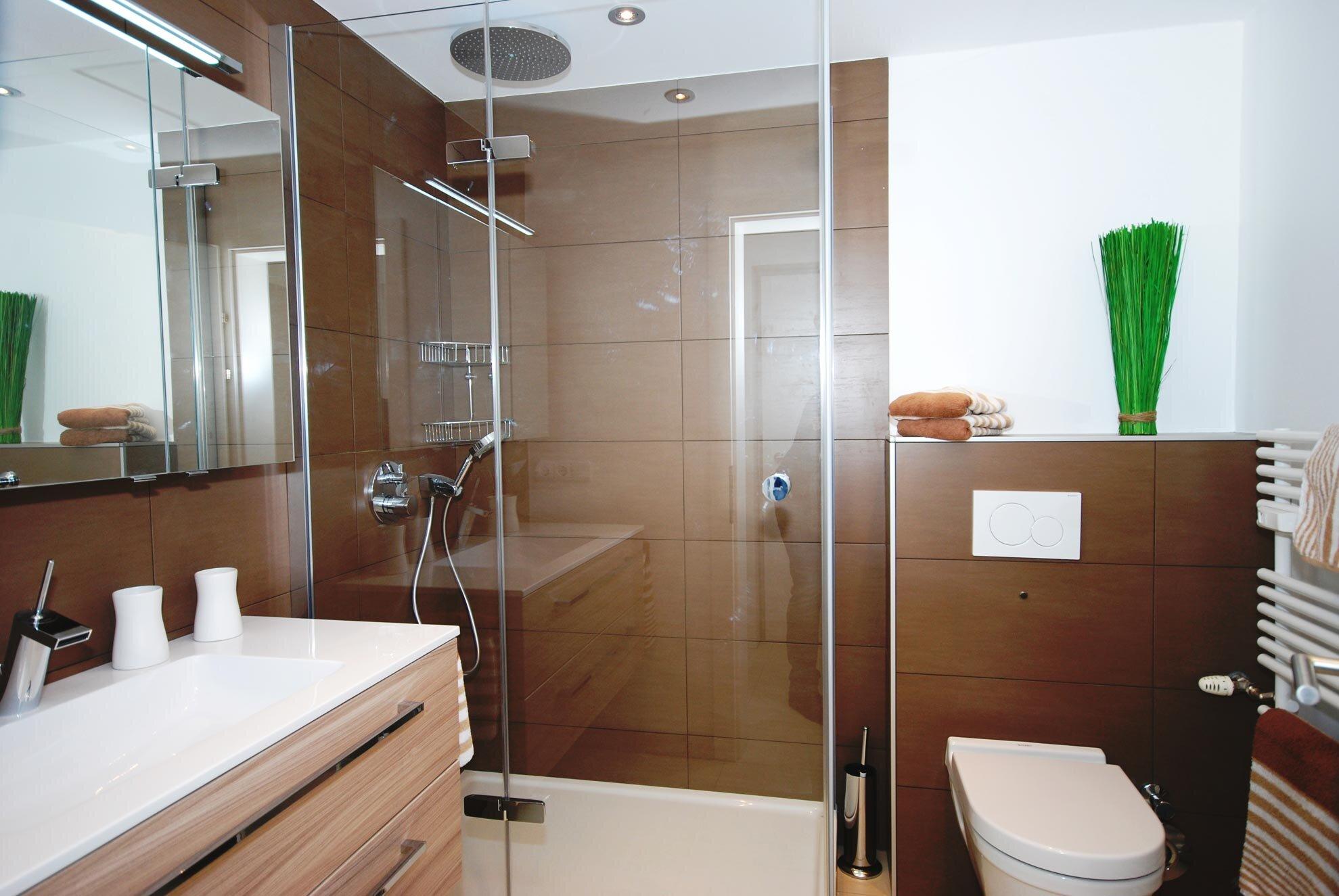 Badezimmer mit Raindance-Dusche