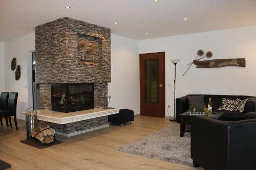 Großzügiger Wohnzimmerbereich mit Kamin