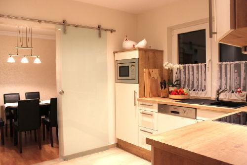 Schicke neue Küche und Esszimmer