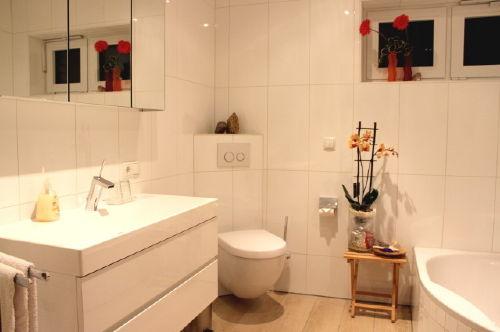 Exklusives Bad mit Badewanne und Dusche