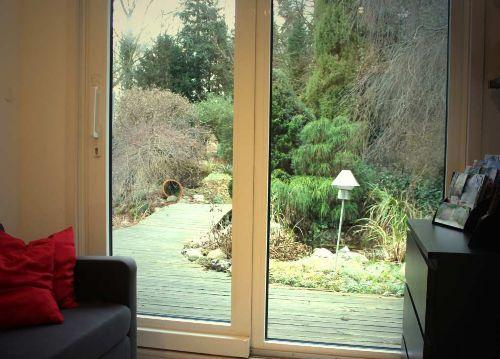 Blick in den Garten mit Teichen/Bachlauf
