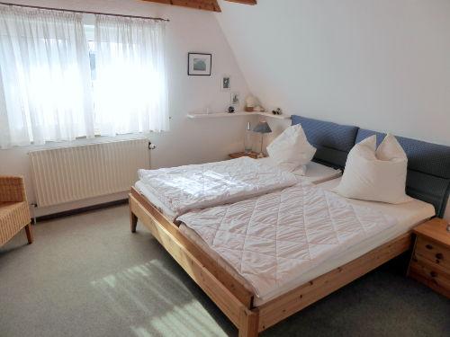 großes Elternschlafzimmer mit Tageslicht