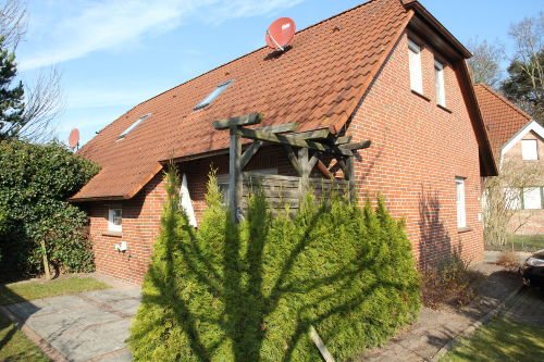 Die Hausfassade mit Blick auf Garten