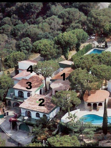 Luftbild der Wohnungen mit Pool (hinten)