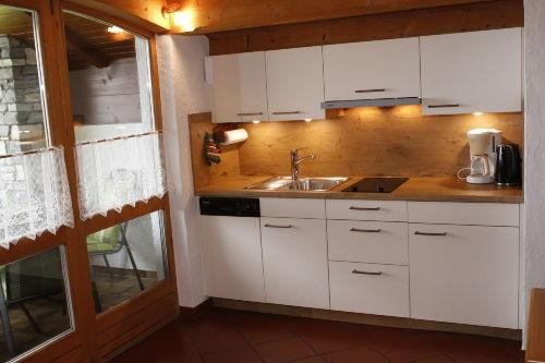Küche mit Ceranfeld und Geschirrspüler