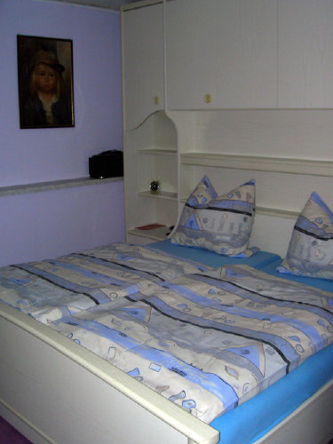 Schlafzimmer mit TV und vielen Schränken