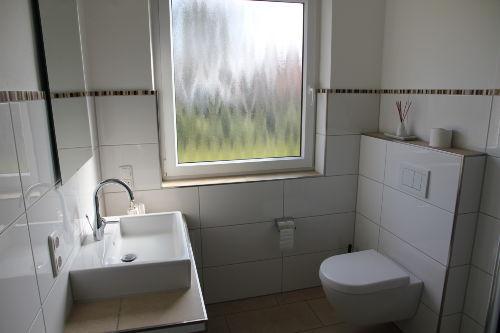 Das moderne helle Duschbad