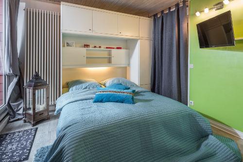 Blick auf das Doppelbett und Flatscreen