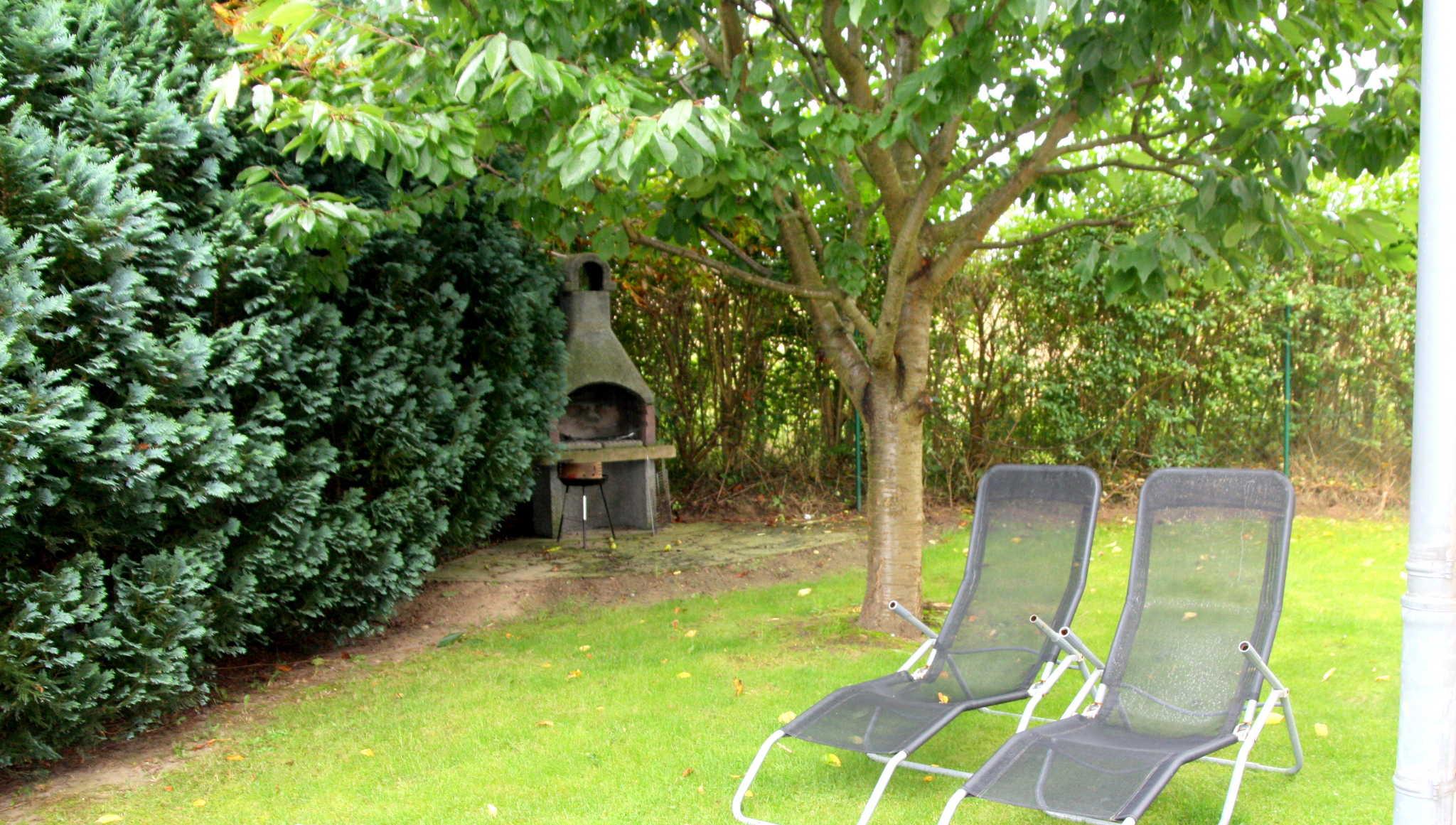 Garten am Haus mit Sitzgruppen / Liegen