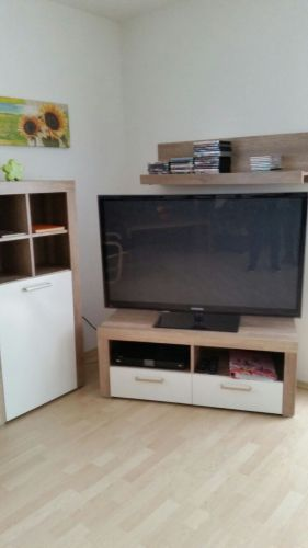 Großer, neuer Fernseher im Erdgeschoß