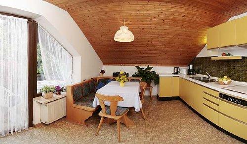 der Wohnbereich mit Balkon und K�chenzei
