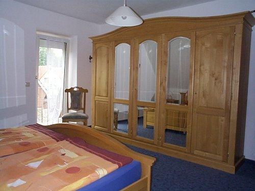 gro�er Spiegelschrank im Doppelzimmer