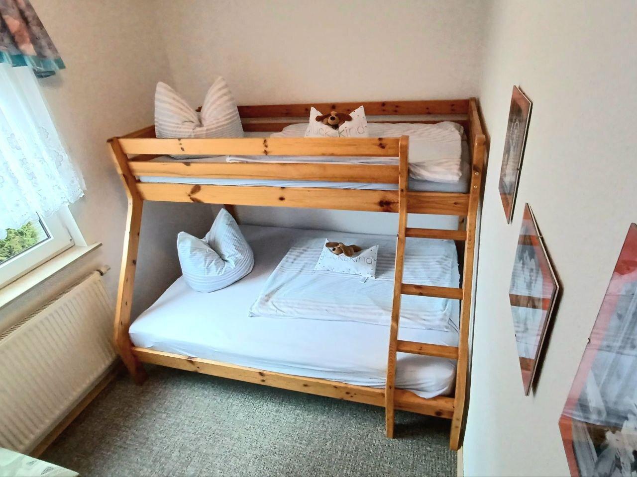 Kinderzimmer mit extra gro�em Bett