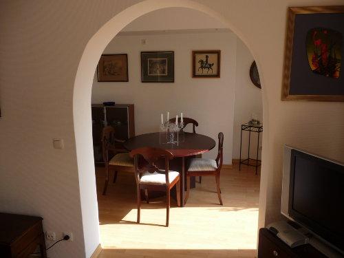Blick vom Wohnzimmer ins Esszimmer