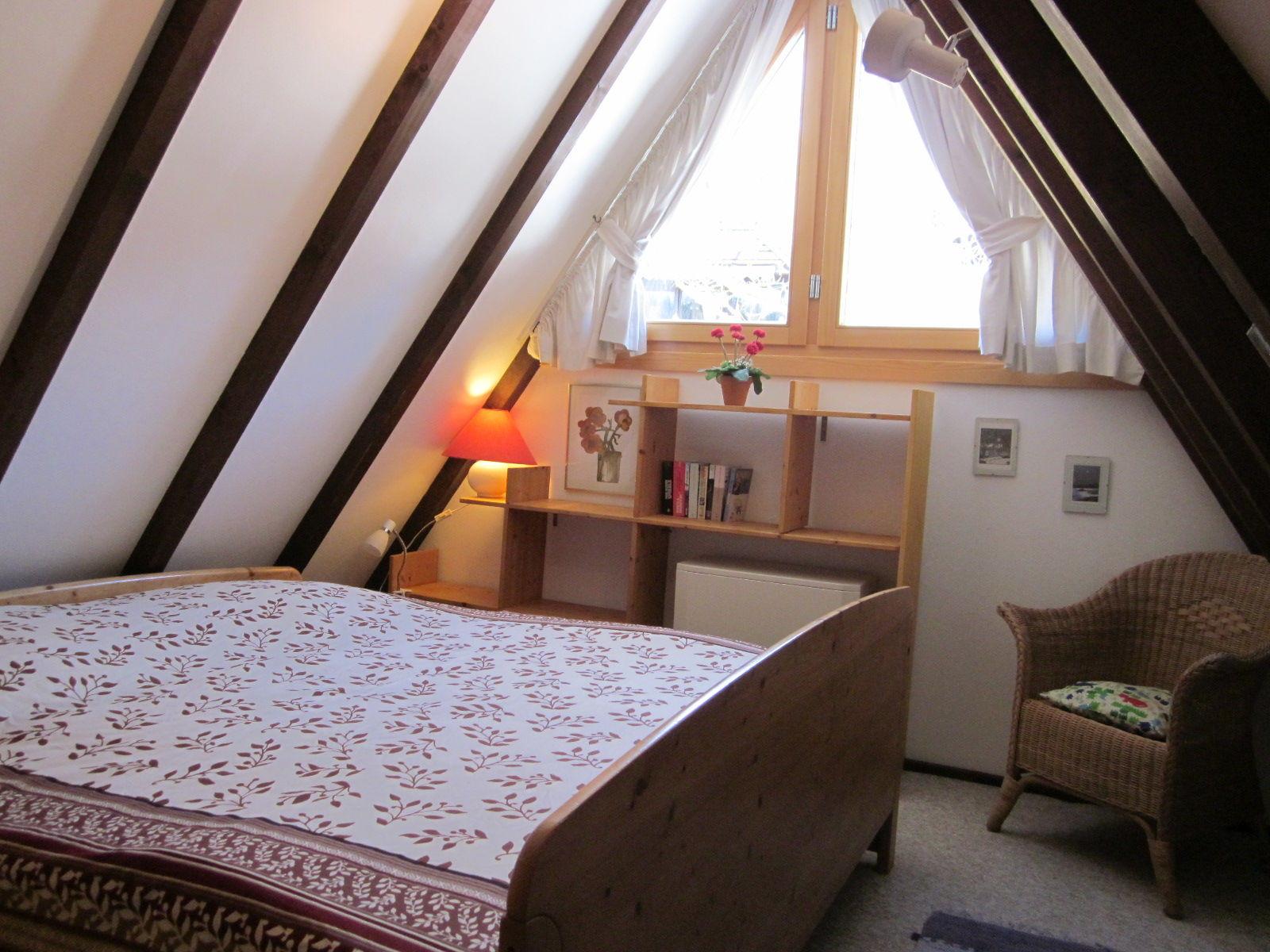 Blick in 2. Schlafzimmer mit Tisch