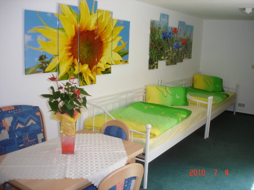 Kinderzimmer und Frühstückstisch