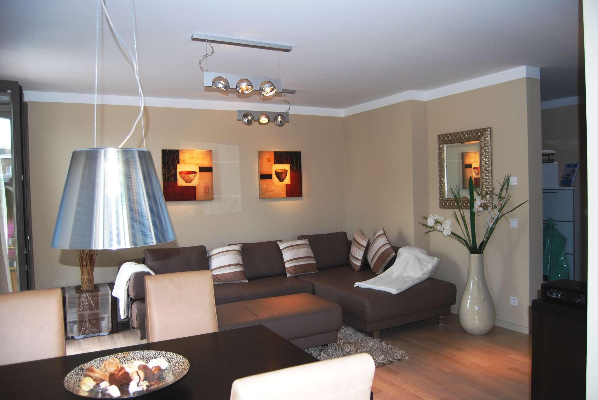 Wohnzimmer mit großer Ledercouch