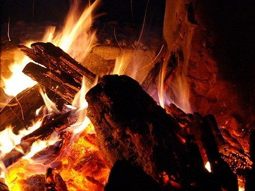 romantisches Lagerfeuer am Abend