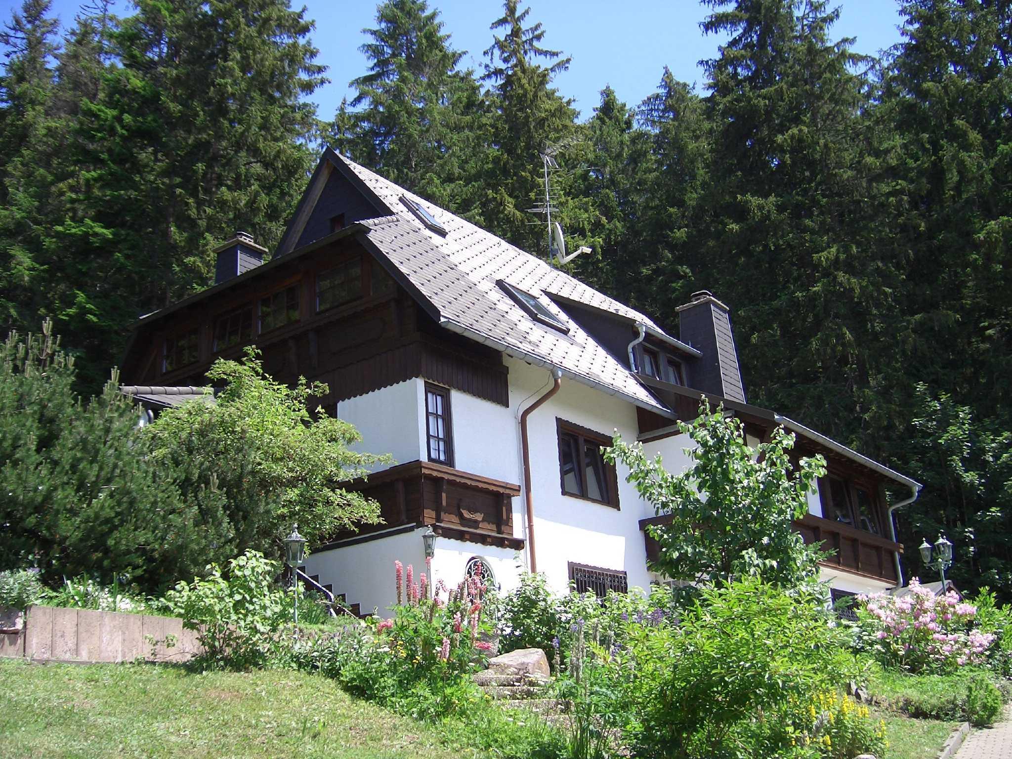 Haus in der Natur im Winter