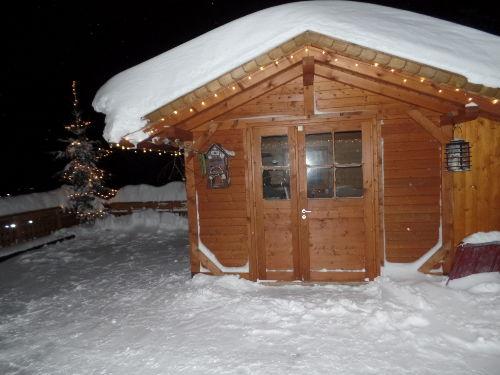 Gartenhaus im Winter mit Christbaum