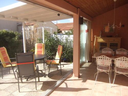 Überdachter Sitzplatz auf der Terrasse