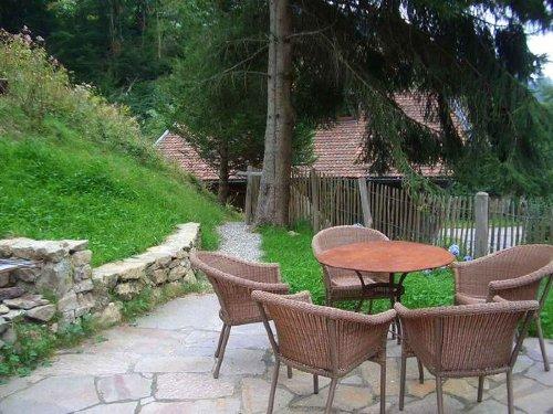 obere Terrasse mit Grill im Sommer