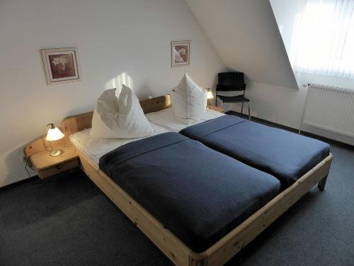 großzügig geschnittenes Schlafzimmer