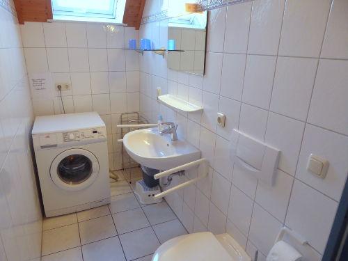 Das Badezimmer mit Waschmaschine