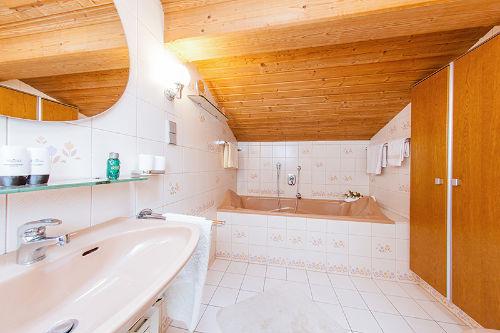 Badezimmer mit Dusche u. Badewanne
